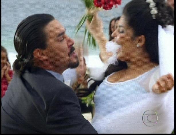 """Em """"Amor Eterno Amor"""", Gracinha e Pedro se beijam durante cerimônia na praia de Copacabana (7/9/12)"""