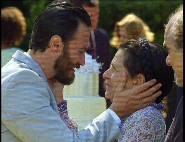 """Em """"Amor Eterno Amor"""", em seu casamento, Rodrigo abraça Angélica, sua mãe de criação, e agradece tudo que fez por ele (7/9/12)"""