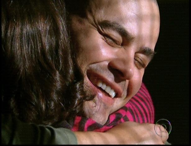 """No último capítulo de """"Amor Eterno Amor"""", no hospício, Fernando recebe Regina e chora. Achando que ela é Miriam, ele diz que a ama muito e pede para ouvir o mesmo (7/9/12)"""