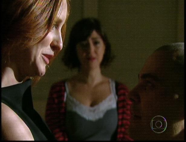 """Em """"Amor Eterno Amor"""", Priscila conta para Fernando, que está internado em um hospício, que o pai mandou um beijo. Ele pergunta onde está a sua mãe e logo concluiu que Melissa nunca amou ninguém (7/9/12)"""