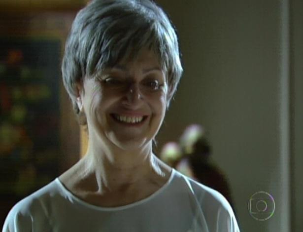 """Em """"Amor Eterno Amor"""", Verbena observa Rodrigo conversando com sua mãe de criação, Angélica. A mulher recupera sua memória e percebe que o barão é Carlinhos, seu filho de criação (7/9/12)"""