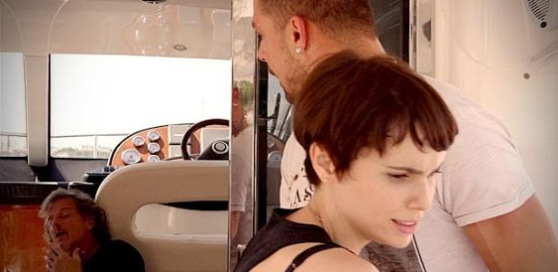Jorginho salva Nina e dá surra em Max