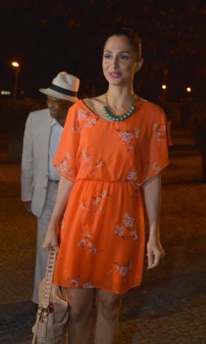 """A atriz Camila Pitanga e o pai, o ator Antonio Pitanga, assistiram ao primeiro capítulo da novela """"Lado a Lado"""" na churrascaria Porcão, no Aterro do Flamengo, no Rio (10/9/12)"""