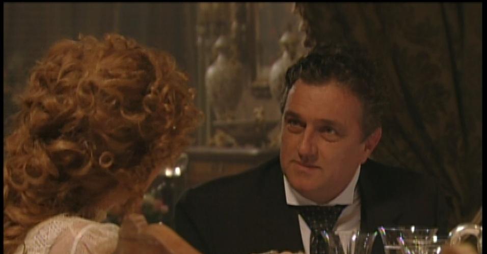 Assunção acalma a mulher e diz que depois que Laura se casar, tudo passará