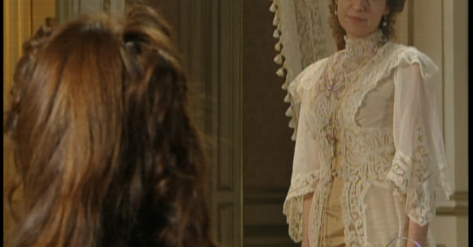 Constância diz que Laura só poderá continaur dando aulas de teatro até o noivo Edgar voltar de Portugal
