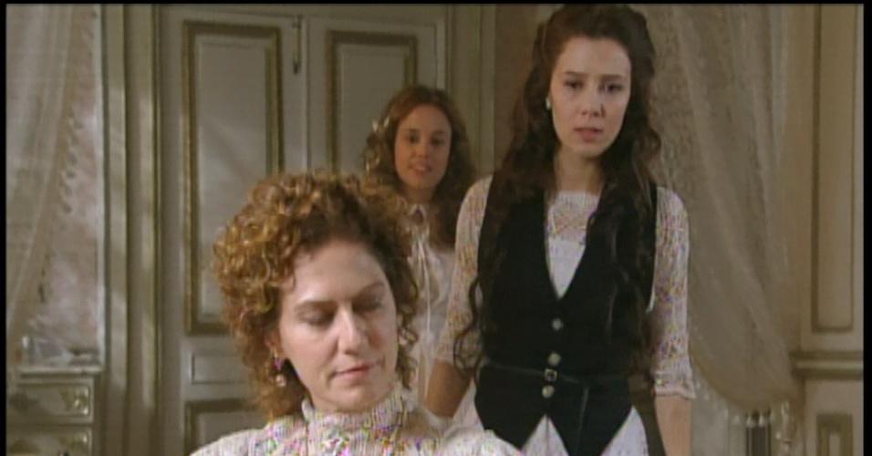 Constância lê o diário de Laura sem o consentimento da menina