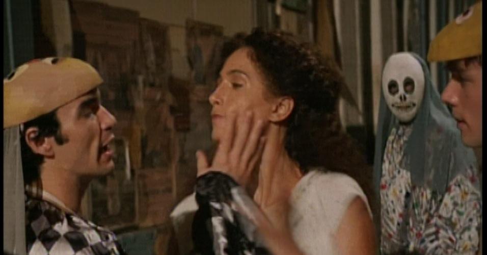 Desesperada, Isabel tenta se desvencilhar dos rapazes, mas Zé Maria chega e começa jogar capoeira
