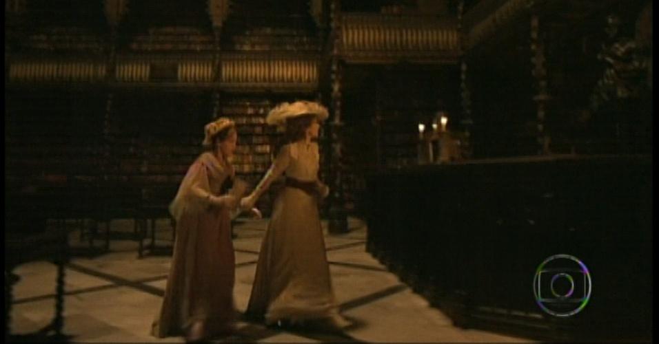 Elas avistam Laura entrando na biblioteca