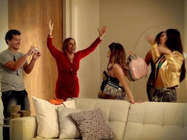 """Em """"Avenida Brasil"""", Monalisa convida seus vizinhos do Divino para uma festa em Ipanema (10/9/12)"""