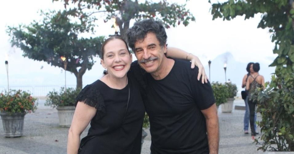 """Isabela Garcia e Paulo Betti assistem ao primeiro capítulo da novela """"Lado a Lado"""" na churrascaria Porcão, no Aterro do Flamengo, no Rio (10/9/12)"""