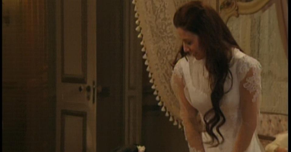Laura prova vestido de noiva