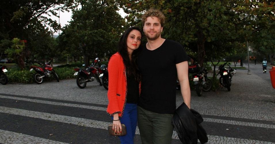 """O ator Thiago Fragoso, e a mulher Mariana Vaz, assistiram ao primeiro capítulo da novela """"Lado a Lado"""" na churrascaria Porcão, no Aterro do Flamengo, no Rio (10/9/12)"""