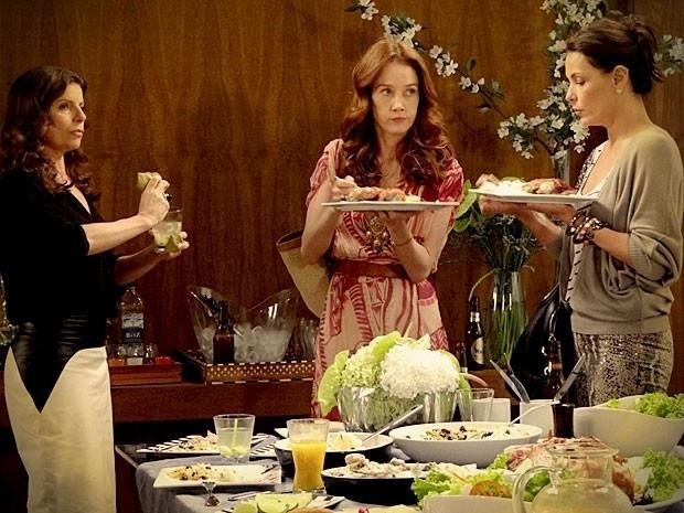 """Em """"Avenida Brasil"""", Alexia, Noêmia e Verônica entram de penetras em festa no apartamento de Monalisa (11/9/12)"""