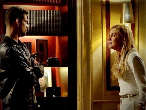 """Em """"Avenida Brasil"""", Carminha intimida Jorginho e ele não conta sobre o caso da vilã para o pai (12/9/12)"""