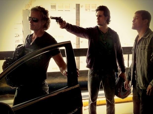 "Em ""Avenida Brasil"", Lúcio ameaça matar Max 911/9/12)"