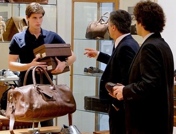 """Em """"Cheias de Charme"""", Otto fica surpreso ao ver Conrado como vendedor de loja (11/9/12)"""