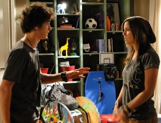 """Em """"Malhação"""", Lia pede para Dinho voltar com Ju e acaba discutindo com o garoto"""