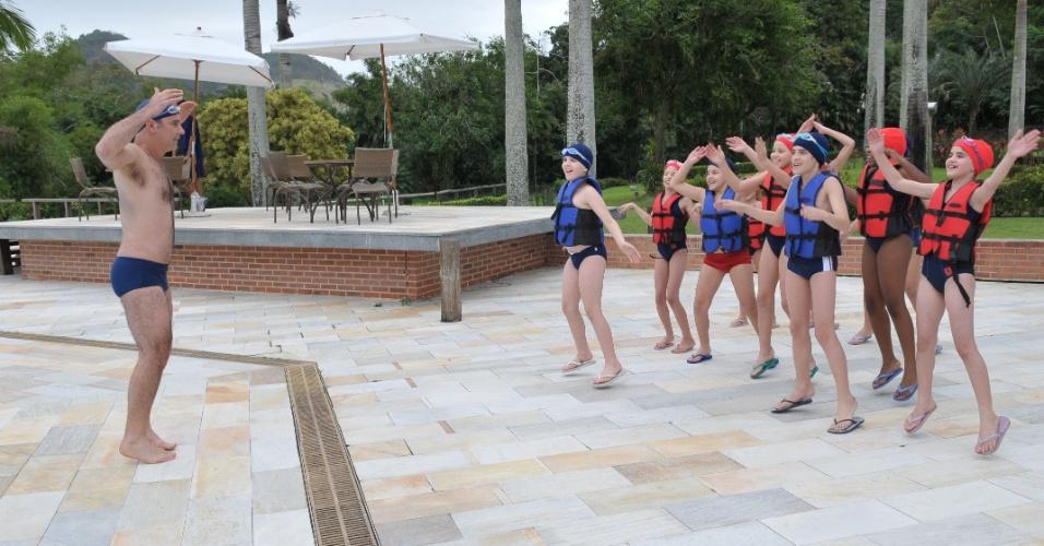 """Em """"Rebelde"""", Jonas dá aula para as crianças na piscina"""