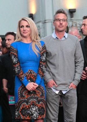 """Britney Spears posa ao lado do noivo, Jason Trawick, na pré-estreia de """"X Factor"""" (12/9/12)"""
