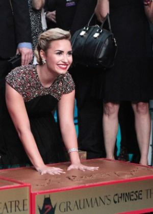 """Demi Lovato coloca as mãos no cimento do Grauman's Chinese Theatre durante a pré-estreia de """"X Factor"""" (12/9/12)"""