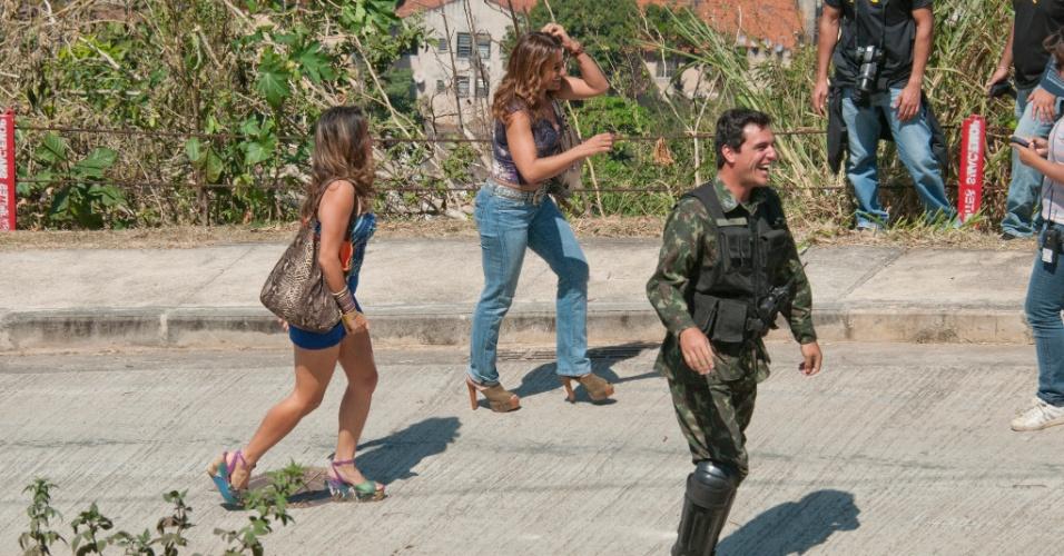 """Nanda Costa (esq), Dira Paes (centro) e Rodrigo Lombardi gravam cenas de """"Salve Jorge"""" no Morro do Alemão (12/9/12)"""