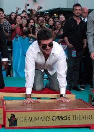 """Simon Cowell coloca as mãos no cimento do Grauman's Chinese Theatre durante a pré-estreia de """"X Factor"""" (12/9/12)"""