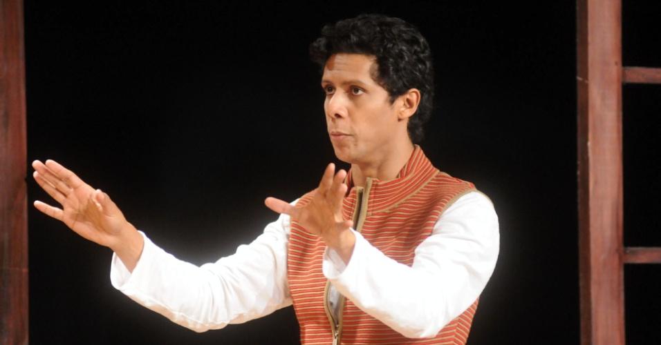 """Além de atuar, Wendell Bendelack também assina o texto e a direção de """"Novela Brasil"""" (12/9/12). Em conversa ao UOL, o ator disse que """"o espetáculo é uma homenagem às telenovelas brasileiras"""""""