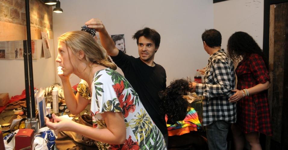 Bia Gueges se arruma enquanto José Alessandro brinca com ela (12/9/12). Ao fundo, de costas, aparecem o ator Rodrigo Fagundes e a diretora Aline Lyra