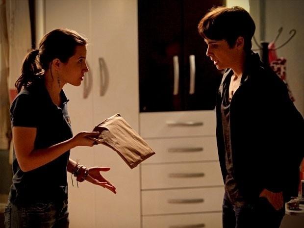 """Em """"Avenida Brasil"""", Betânia esconde as fotos de Carminha e Max em sua casa (13/9/12)"""