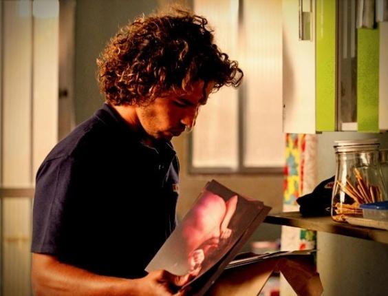 """Em """"Avenida Brasil"""", Valdo encontra as fotos de Carminha e Max em sua casa (13/9/12)"""