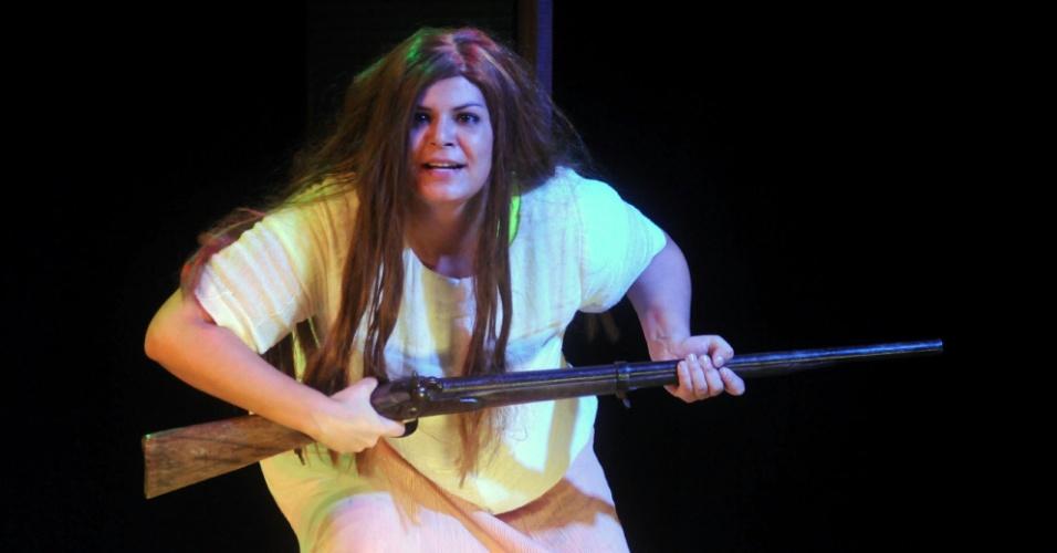 """Flávia Guedes interpreta """"Jujuma"""", paródia de Juma Marruá de """"Pantanal"""", em 'Novela Brasil"""" 912/9/12)"""