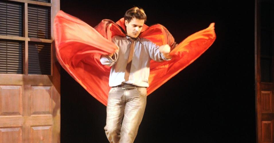 """José Alessandro ensaia com a capa de Vlad, o vampiro famoso da novela """"Vamp"""" (12/9/12)"""