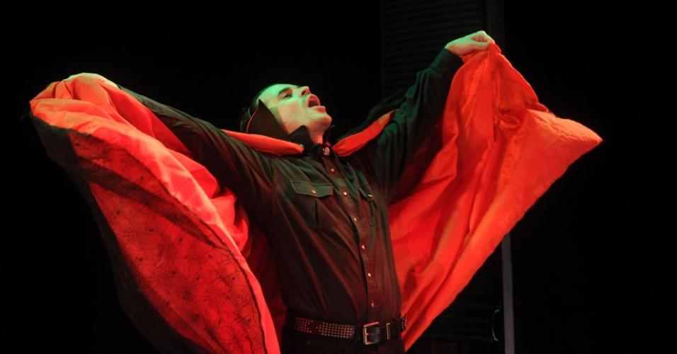 """José Alessandro vive Vlad, baseado no personagem de Ney Latorraca em """"Vamp"""" (12/9/12). Em conversa ao UOL, o ator contou que chegou a enviar uma carta a Rede Globo pedindo para ganhar as dentaduras de vampiro usadas pelo elenco"""