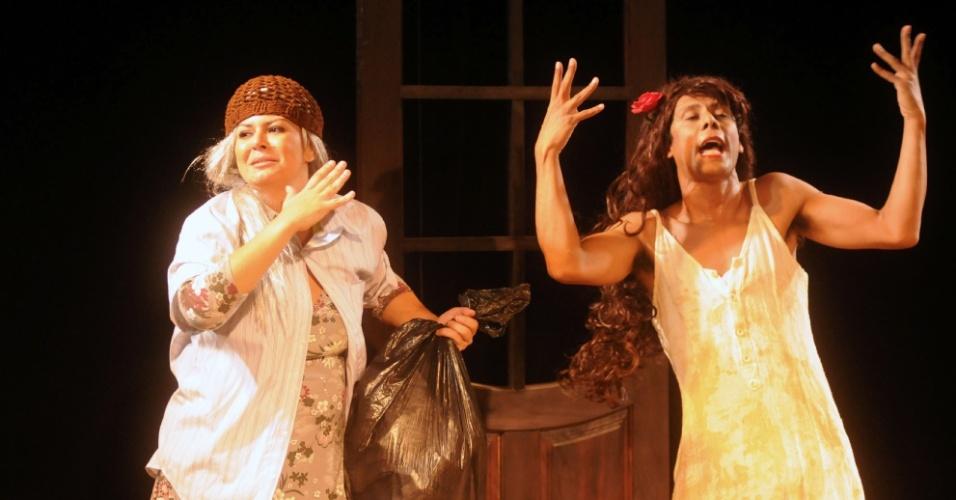 """""""Mãe Catinga"""" (Flávia Guedes) e """"Gabriela Cravo e Nutela"""" (Wendell Bendelack) em cena de """"Novela Brasil"""" (12/9/12)"""