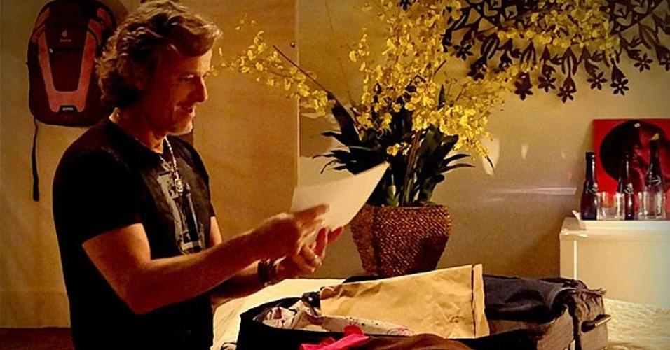 Max (Marcello Novaes) revira a mala de Begônia (Carol Abras) e encontra as fotos que Nina (Débora Falabella) tirou dele com Carminha (Adriana Esteves). No ar em 14/9/12