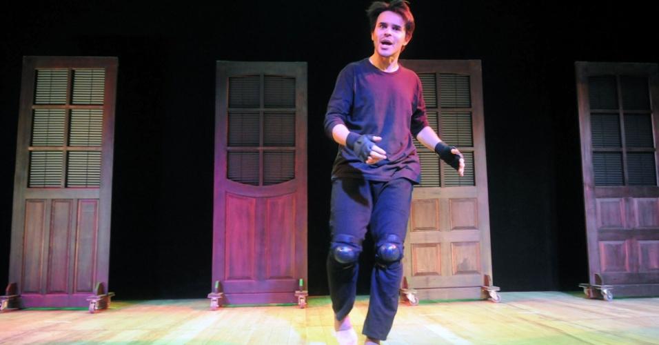 """O ator José Alessandro se """"esquenta"""" antes do início da peça (12/9/12). Geralmente ele ouve músicas da Madonna enquanto corre e dança pelo palco"""