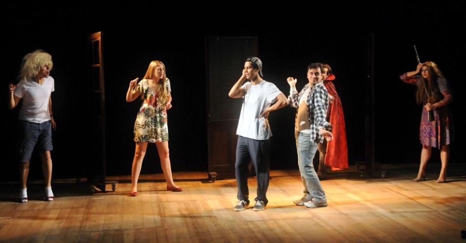 """O elenco da peça """"Novela Brasil"""" ensaia poucas horas antes de subir ao palco (12/9/12). O espetáculo está em cartaz no Rio e é uma paródia da novela """"Avenida Brasil"""""""