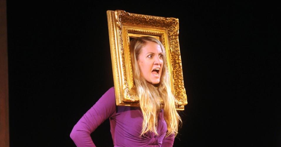 Para parodiar a personagem Monalisa, Bia Guedes usa uma moldura ao redor da cabeça (12/9/12)