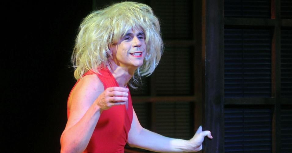 """Renato Bavier interpreta """"Cachaçaré"""", paródia da vilã Nazaré de """"Senhora do Destino"""" (12/9/12)"""