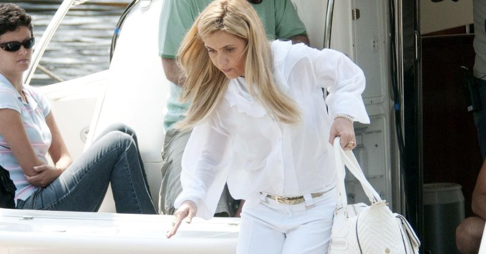 """Em """"Avenida Brasil"""", a vilã Carminha (Adriana Esteves) entra no barco de Max e rouba o dinheiro do capanga para usá-lo em sua vingança. Cena vai ao ar em 19/9/12."""