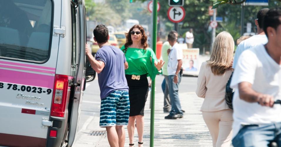 """Em """"Avenida Brasil"""", Verônica (Debóra Bloch ) pega uma van para ir até o bairro do Divino vistiar Cadinho"""