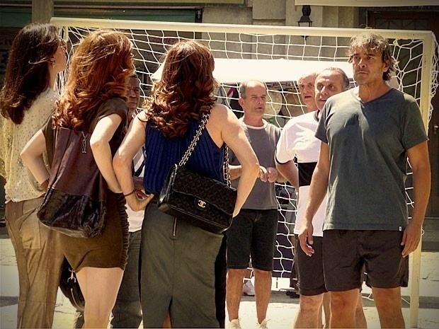 """Em """"Avenida Brasil"""", Verônica, Noêmia e Alexia vão atrás de Cadinho no Divino e fazem um escândalo (14/9/12)"""