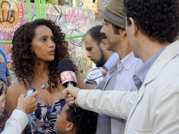 """Em """"Cheias de Charme"""", Sandro devolve dinheiro encontrado e Penha elogia o ex-marido (14/9/12)"""