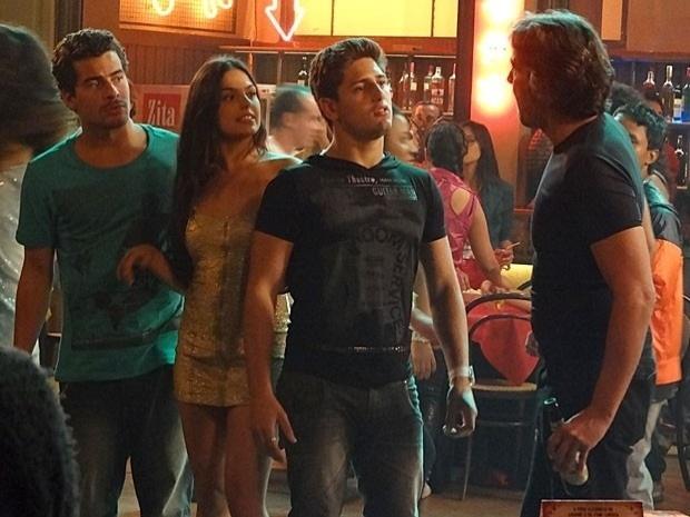 """Em """"Avenida Brasil"""", Cadinho tenta se aproximar de Suelen, mas leva um chega para lá de Leandro e Roni (15/9/12)"""