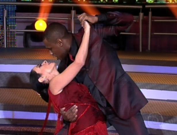 """Claudia Ohana e Patrick Carvalho dançam tango na final da """"Dança dos Famosos"""". O ritmo será o primeiro de dois apresentados neste domingo (16/9/12)"""