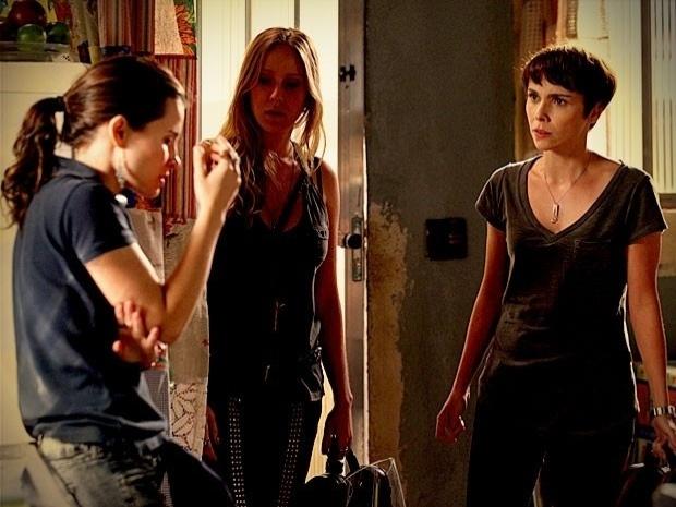 """Em """"Avenida Brasil"""", Nina fica desesperada ao saber que fotos de Carminha e Max sumiram (17/9/12)"""