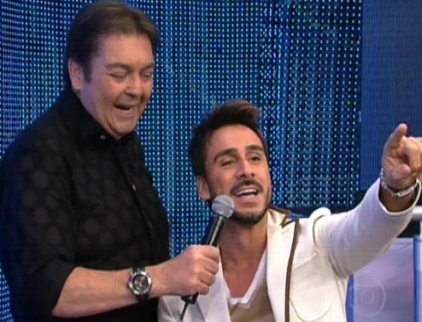 """Julio Rocha conversa com Faustão na final da """"Dança dos Famosos"""" (16/9/12)"""