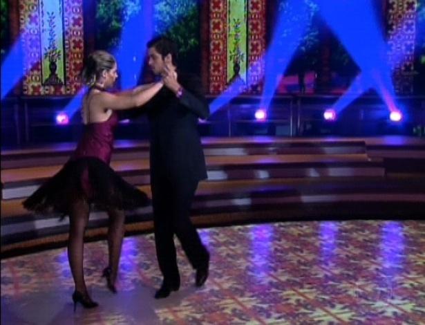 """Rodrigo Simas e Raquel Guarini dançam """"Mi Buenos Aires Querido"""" na final da """"Dança dos Famosos"""". O ritmo será o primeiro de dois apresentados neste domingo (16/9/12)"""
