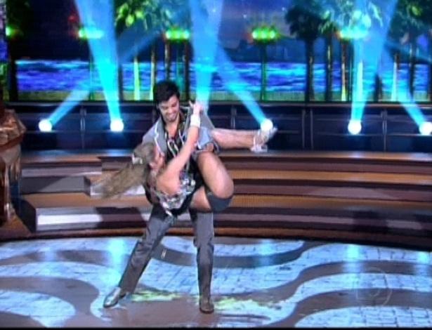 """Rodrigo Simas e Raquel Guarini dançam """"Tempo de Dondon"""" na final da """"Dança dos Famosos"""". O ritmo encerra a competição neste domingo (16/9/12)"""