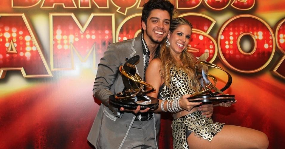 """Rodrigo Simas e Raquel Guarini posam para fotos após a final da """"Dança dos Famosos"""" (16/9/12)"""